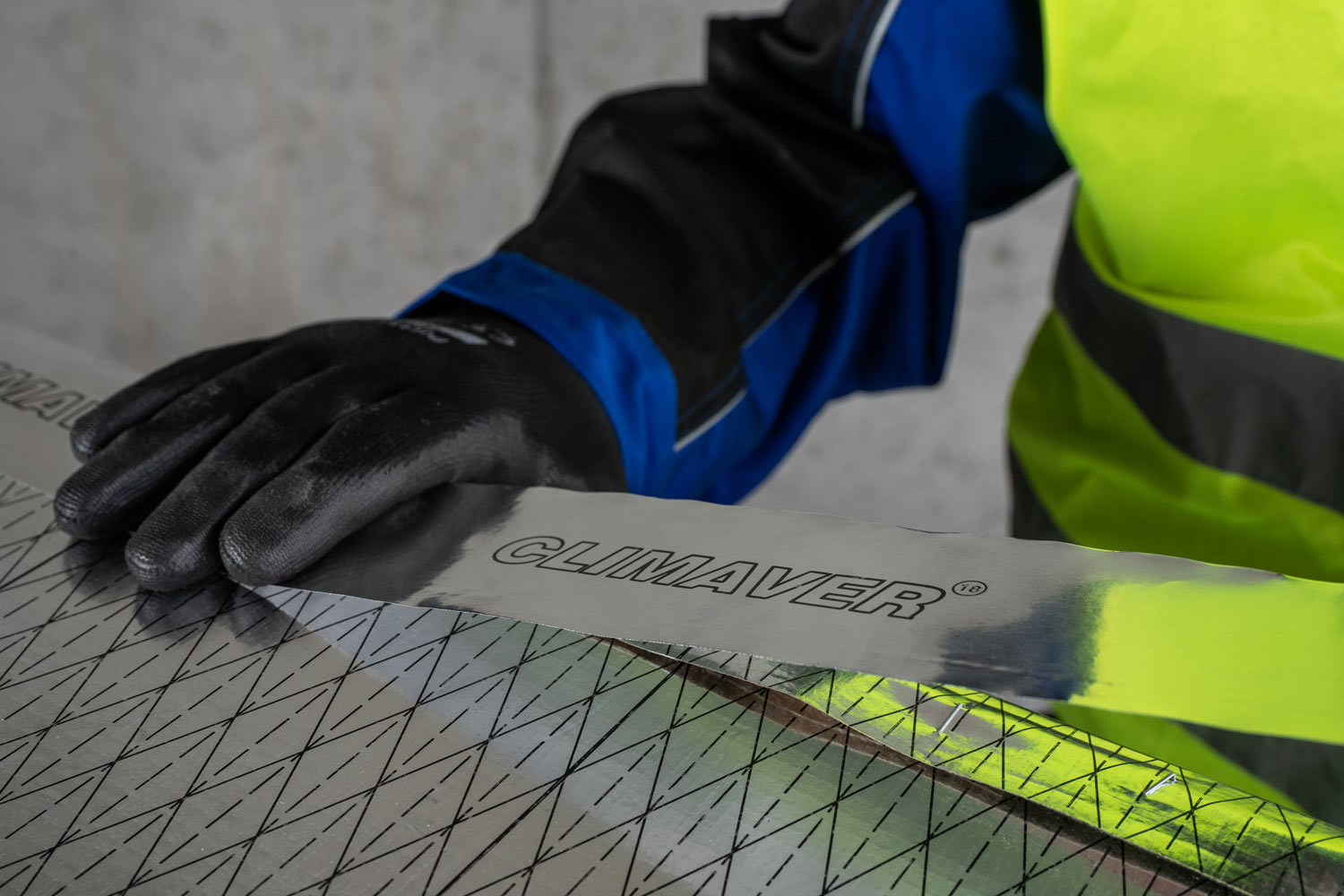 Use CLIMAVER® sealing tape to make the joint air-tight