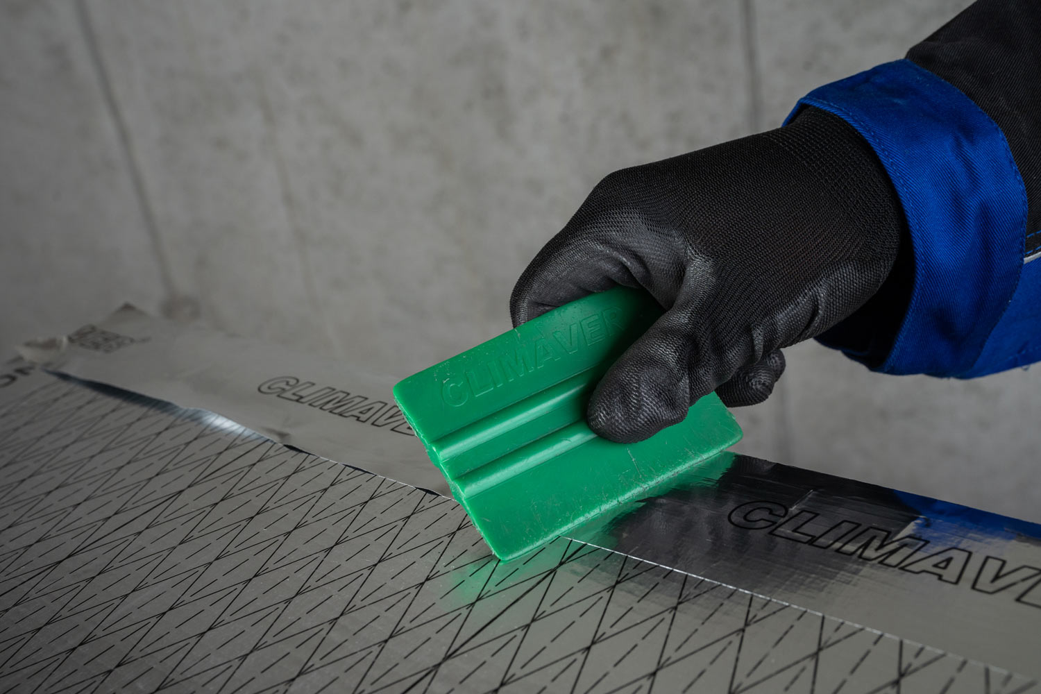 To create a sealed joint smoothen the CLIMAVER® tape